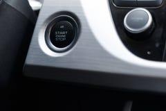 Bottone in start-stop del motore dell'automobile di un'automobile moderna nell'interno immagini stock