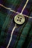 Bottone sulla camicia della flanella del plaid Fotografia Stock