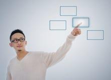 Bottone trasparente virtuale commovente dello schermo del dito asiatico dell'uomo Fotografie Stock