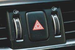 Bottone virtuale di emergenza dell'automobile su un cruscotto moderno fotografie stock
