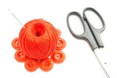 Bottoni, ago, forbici e filo di plastica rossi Fotografia Stock Libera da Diritti