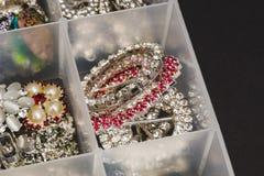 Bottoni brillanti rotondi utilizzati per creare gioielli Immagini Stock Libere da Diritti