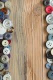 Bottoni colorati sul bordo di legno, bottoni variopinti Immagini Stock