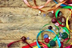 Bottoni d'annata e nastri multicolori Fotografia Stock