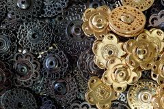 Bottoni decorativi del metallo dei bottoni scuri dell'oro e del metallo Concetto di opposizione immagine stock libera da diritti
