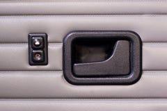 Bottoni della maniglia e della finestra di porta in una retro automobile fotografia stock libera da diritti