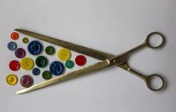 Bottoni di colore per i vestiti e le forbici Fotografie Stock