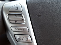 Bottoni di controllo di sistema multimediale sul volante Fotografia Stock Libera da Diritti