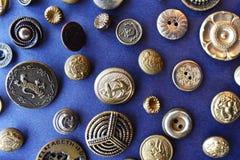 Bottoni di cucito dell'oro da sopra sul blu Immagini Stock Libere da Diritti