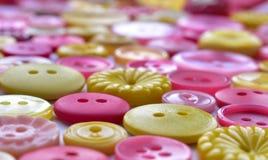 Bottoni di cucito rosa e gialli luminosi Immagini Stock