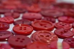 Bottoni di cucito rossi su bianco Fotografia Stock