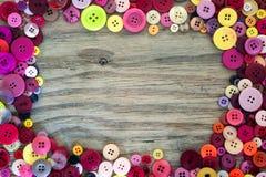 Bottoni di cucito su fondo di legno immagini stock libere da diritti