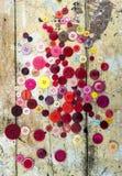 Bottoni di cucito su fondo di legno grungy immagine stock libera da diritti