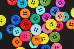 Bottoni di cucito su un fondo scuro Fotografia Stock