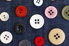 Bottoni di cucito sul fondo del denim Fotografia Stock Libera da Diritti