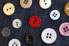Bottoni di cucito sul fondo del denim Fotografia Stock
