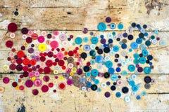 Bottoni di cucito sul fondo di legno di lerciume fotografia stock libera da diritti