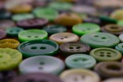 Bottoni di cucito verdi su una tavola di legno Fotografie Stock Libere da Diritti
