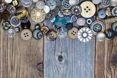 Bottoni di Intage sulla superficie invecchiata dei bordi Immagini Stock