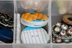 Bottoni di plastica modellati utilizzati per creare gioielli Fotografie Stock Libere da Diritti