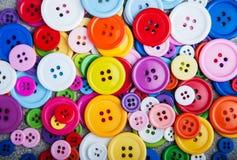 Bottoni di plastica variopinti dell'abbigliamento Fotografie Stock