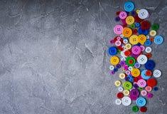 Bottoni di plastica variopinti dell'abbigliamento Immagini Stock