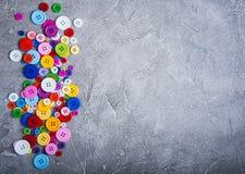 Bottoni di plastica variopinti dell'abbigliamento Immagini Stock Libere da Diritti