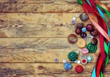 Bottoni di varietà e nastri multicolori Fotografia Stock Libera da Diritti