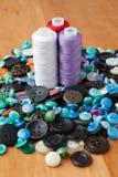 Bottoni e bobine del filo Fotografia Stock