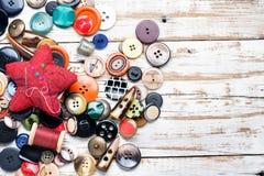 Bottoni e fili con l'ago fotografia stock