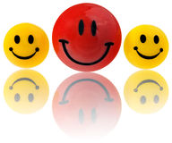 Bottoni, emoticon sorridenti rotondi nel giallo, rosso Montato su un magnete al frigorifero Fotografie Stock