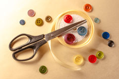Bottoni, forbici e rotolo Colourful del nastro Fotografia Stock Libera da Diritti