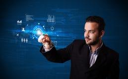 Bottoni futuri commoventi di tecnologia di web dell'uomo d'affari bello e Fotografie Stock