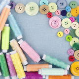 Bottoni multicolori e bobine di thread1 Fotografia Stock Libera da Diritti