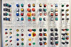 Bottoni multicolori per gli apparecchi elettrici e dispositivi in st Fotografie Stock