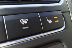 Bottoni per il riscaldamento del radiatore e del sedile del parabrezza in un primo piano moderno dell'automobile Fotografia Stock Libera da Diritti
