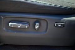 Bottoni per la regolazione e la regolazione del sedile orizzontalmente dell'altezza inclinando lo schienale con tappezzeria di cu immagini stock