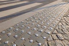 Bottoni rotondi del metallo di anti slittamento su pavimentazione Passaggio pedonale fornito di rivestimento antiscorrimento Fotografia Stock Libera da Diritti