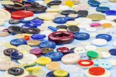 Bottoni in vari colori sulla tavola Immagini Stock