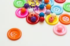 Bottoni variopinti e perle Immagini Stock Libere da Diritti