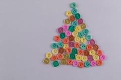 Bottoni variopinti nella forma dell'albero di Natale Fotografie Stock
