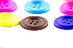 Bottoni variopinti su fondo bianco. Immagini Stock