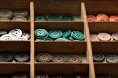 Bottoni variopinti in una scatola Fotografie Stock