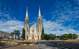 BOTUCATU, SAO PAULO, BRAZILIË - JANUARI 02, 2019: OCathedralkerk van Botucatu, panoramische foto van de kathedraal onder blauw he stock foto's