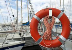 Bouée de sauvetage de bouée de sauvetage dans la ceinture de marina ou de yacht photos libres de droits
