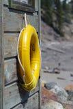 Bouée de sauvetage jaune Photos stock