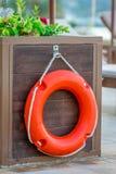 Bouée de sauvetage orange dehors Images stock
