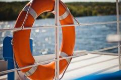bouée de sauvetage orange sur la plaisance de rivière de bateau Photo libre de droits