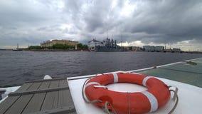 Bouée de sauvetage rouge et blanche sur le bateau en rivière de Neva, St Petersburg, Russie banque de vidéos