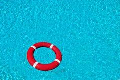 Bouée de sauvetage rouge sur la belle eau profonde. Photo libre de droits